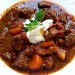 Pörkölt – tradycyjny węgierski  gulasz by ASFI87