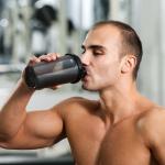 Czy warto pić  białko przed i po treningu?